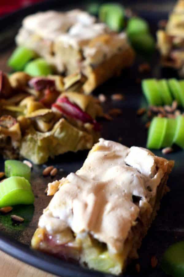 veganer Rhabarberkuchen mit Baiserhaube