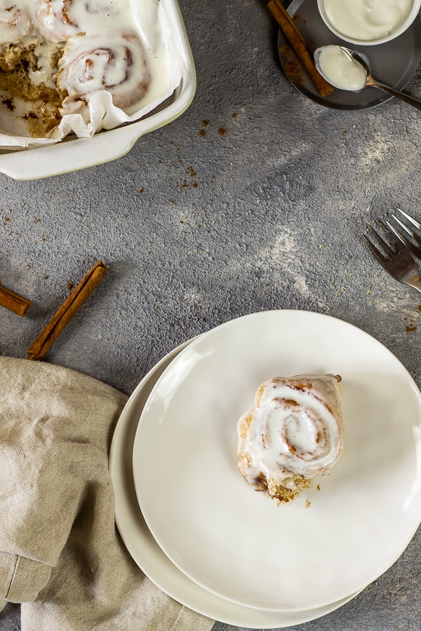 A recipe for airy, soft, vegan cinnamon buns (rolls) that are not just only tasty and delicious with the next cup of coffee or tea. This healthy version with whole spelt flour, without oil and sugar, can even be eaten for breakfast or dessert. Vegan | vegetarian | oil-free | sugar-free | without white flour