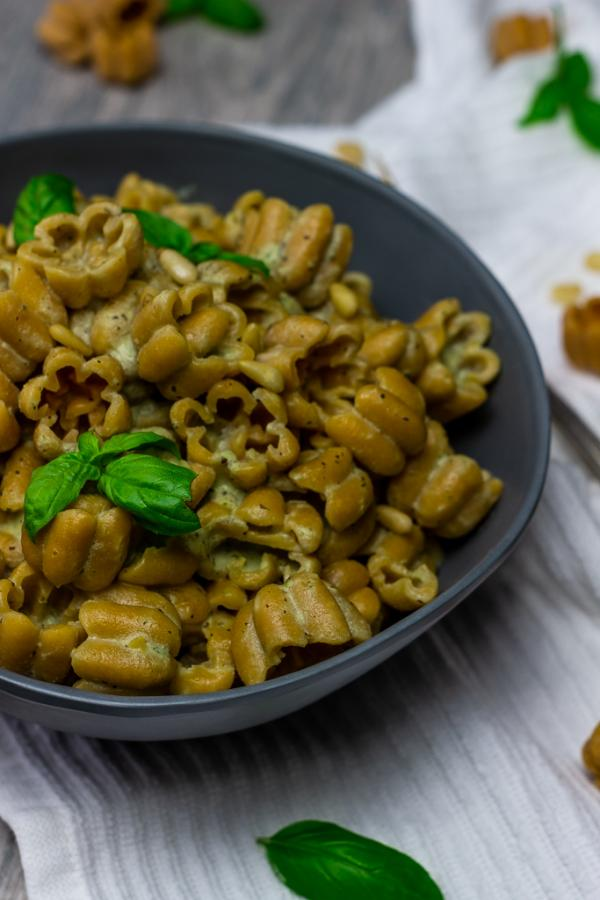Recipe for Vegan Pesto Sauce with 4 ingredients under 30 mins