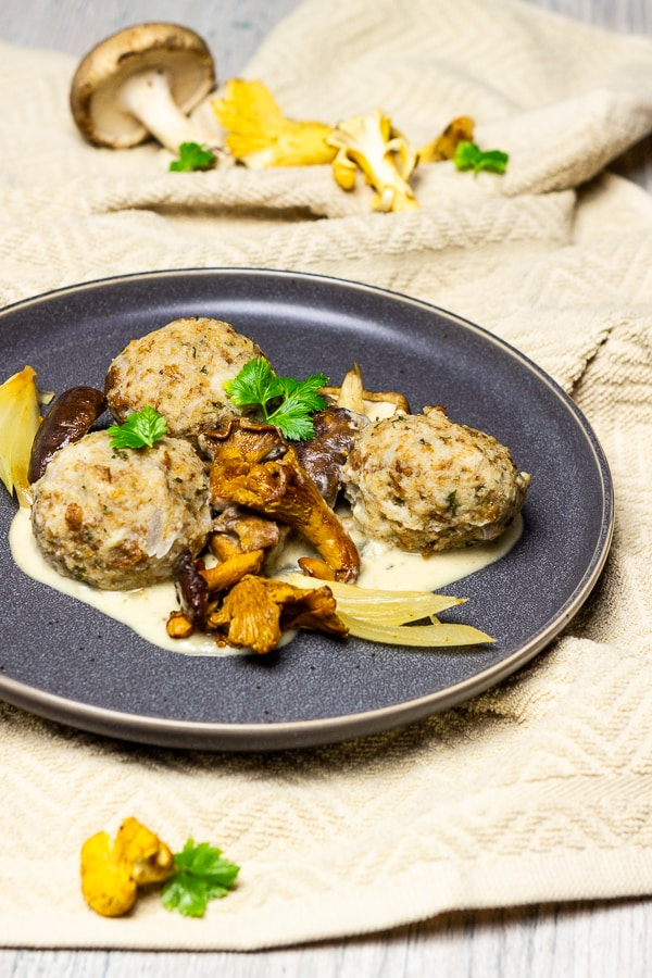 Bread Dumplings with a creamy mushroom sauce is a popular classic dish of German / Austrian cuisine, which are prepared super fast and easy. The vegan bread dumplings with creamed mushroom sauce are therefore perfect for a quick dinner or a meal for special occasions (holidays, birthdays, etc.). The oil-free mushroom cream sauce goes perfectly with the vegan bread dumplings. vegan | oil-free | sugar-free | plant-based | dairy-free | egg-free