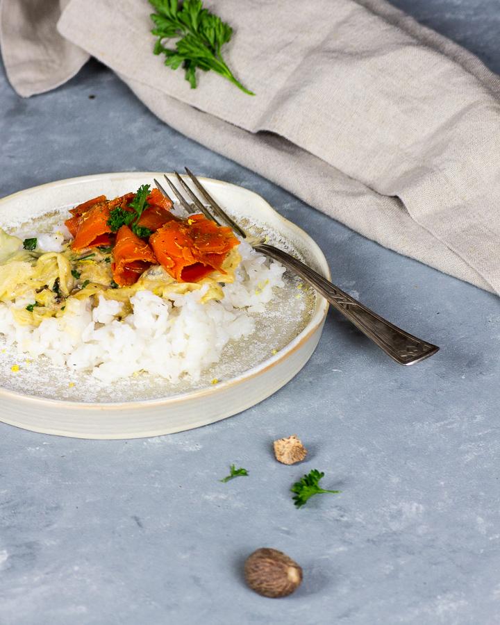 Mit diesem leckeren, veganen Rahmwirsing mit Karottenlachs und Reis erhälst du einen köstliches Rezept, welches zu einem reinen Geschmackserlebnis wird. Ein Rahmwirsing mit erfrischender Zitronennote und einem Hauch Muskat gepaart zu dem geräucherten Karottenlachs und dazu Naturreis. Die frischen Zutaten sind nicht nur gesund sondern in dieser Kombination ein reines Soulfood. Ein perfektes Abendessen für unter der Woche oder bereite dies als besonderes Essen für deine Gäste zu. vegan   ölfrei   auf Pflanzenbasis   vollwertig   glutenfrei   vegetarisch   milchfrei   raffiniert zuckerfrei