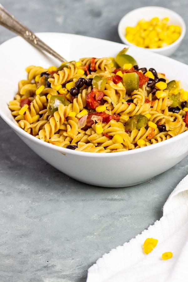 Du freust dich über schnelle und gesunde Rezepte? Dann probiere unbedingt diese schnellen, veganen One Pot Text Mex Nudeln aus. Mit Mais, Paprika, Tomaten und dem Tacogewürz schmecken sie herrlich würzig und sind ein perfektes Abendessen für stressige Tage. Diese vegane Tex Mex Pasta kannst du auch gut als Meal Prep vorbereiten. vegan | milchfrei | laktosefrei | vegetarisch | ölfrei opt | zuckerfrei | glutenfrei opt