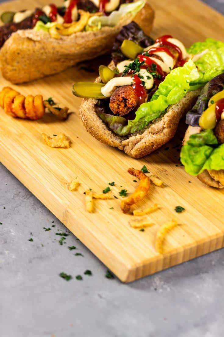 Vegane Italienische Wurst strotzt vor Protein mit einem Hauch von Fenchel und mehr - Diese vegane Wurst schmeckt super als Hot Dog oder als Hackbällchen in einer Tomatensoße. Die Texture der veganen italienischen Wurst ist perfekt und schmeckt Groß und Klein als Abendessen oder Mittagessen für unterwegs. Bereite Sie in größeren Mengen vor und friere die Wurst ein. vegan | vegetarisch | opt. sojafrei | milchfrei | ölfrei | eifrei | nussfrei | vollwertig