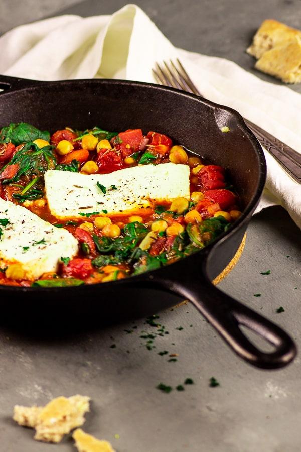 Vegane Feta Kichererbsen Pfanne mit Spinat - ein schnelles und leckeres Abendessen welches in wenigen Minuten zubereitet ist. Bereite dieses One Pot Gericht an Wochenabenden zu und serviere es mit leckerem Naan Brot. Vegan | vegetarisch | Glutenfrei | Milchfrei | Eifrei | Lactose frei