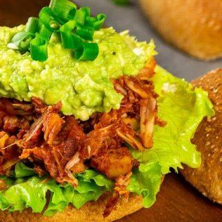 Veganer Pulled Ananas BBQ Jackfrucht Burger mit Guacamole