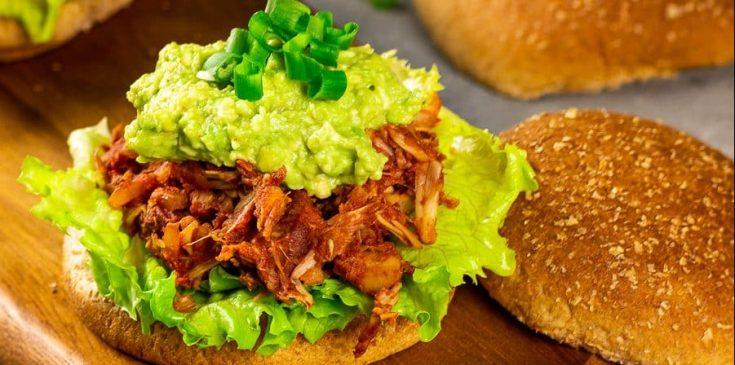 Veganer Pulled Ananas BBQ Jackfruit Burger - ein Veganes Rezept für BBQ Pulled Pork mit Ananas. Dieser Burger mit der erfrischenden Ananas ist ein schnelles Komfortessen. Serviert mit einem Beilagensalat und selbstgemachten Pommes runden den veganen Pulled Ananas BBQ Jackfruit Burger ab. Vegetarisch   Glutenfrei   Ölfrei   Zuckerfrei   Lactosefrei