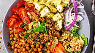 Amerikanischer, Veganer Cobb Salat mit ölfreiem Tahini - Rotweinessig - Dressing