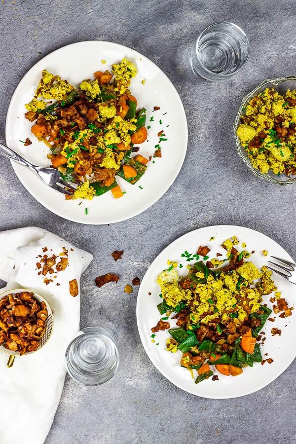 veganes rührei mit veganem speck, kokosspeck und gemüse