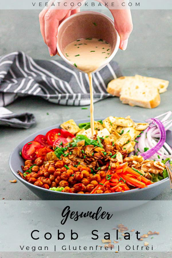 amerikanisch veganer Cobb Salat mit Tofu, Kichererbsen und viel Gemüse serviert mit einem Tahini Rotweinessig Dressing