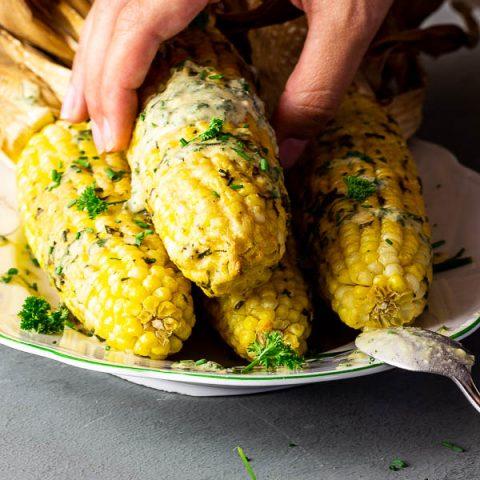 veganer-maiskolben-mit-petersilien-schnittlauch.tahini-soße-wfpb