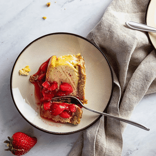 Easy Baked vegan New York Cheesecake with chunky strawberry sauce