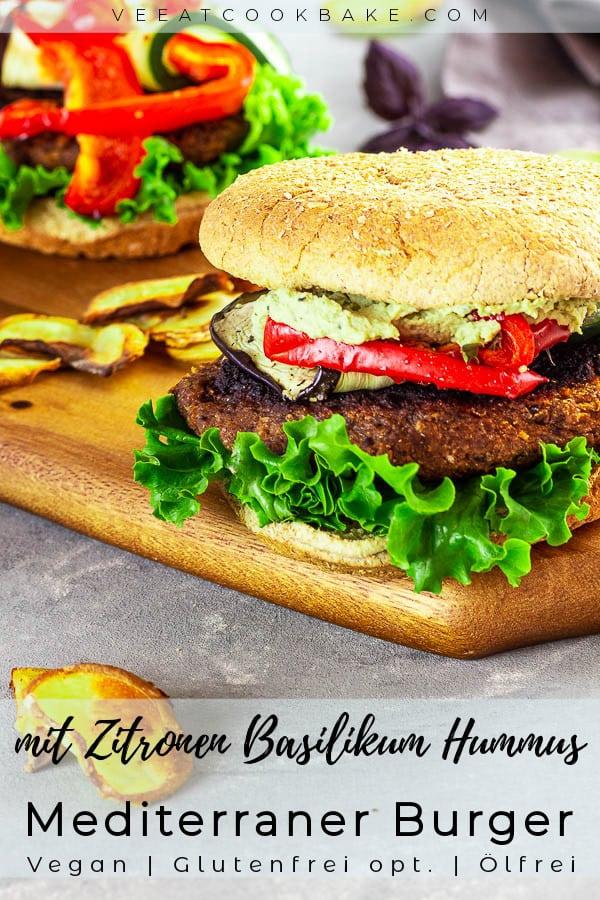 2 vegane Mediterrane Burger mit selbstgemachten Zitronen Basilikum Hummus angerichtet auf einem Holzbrettchen