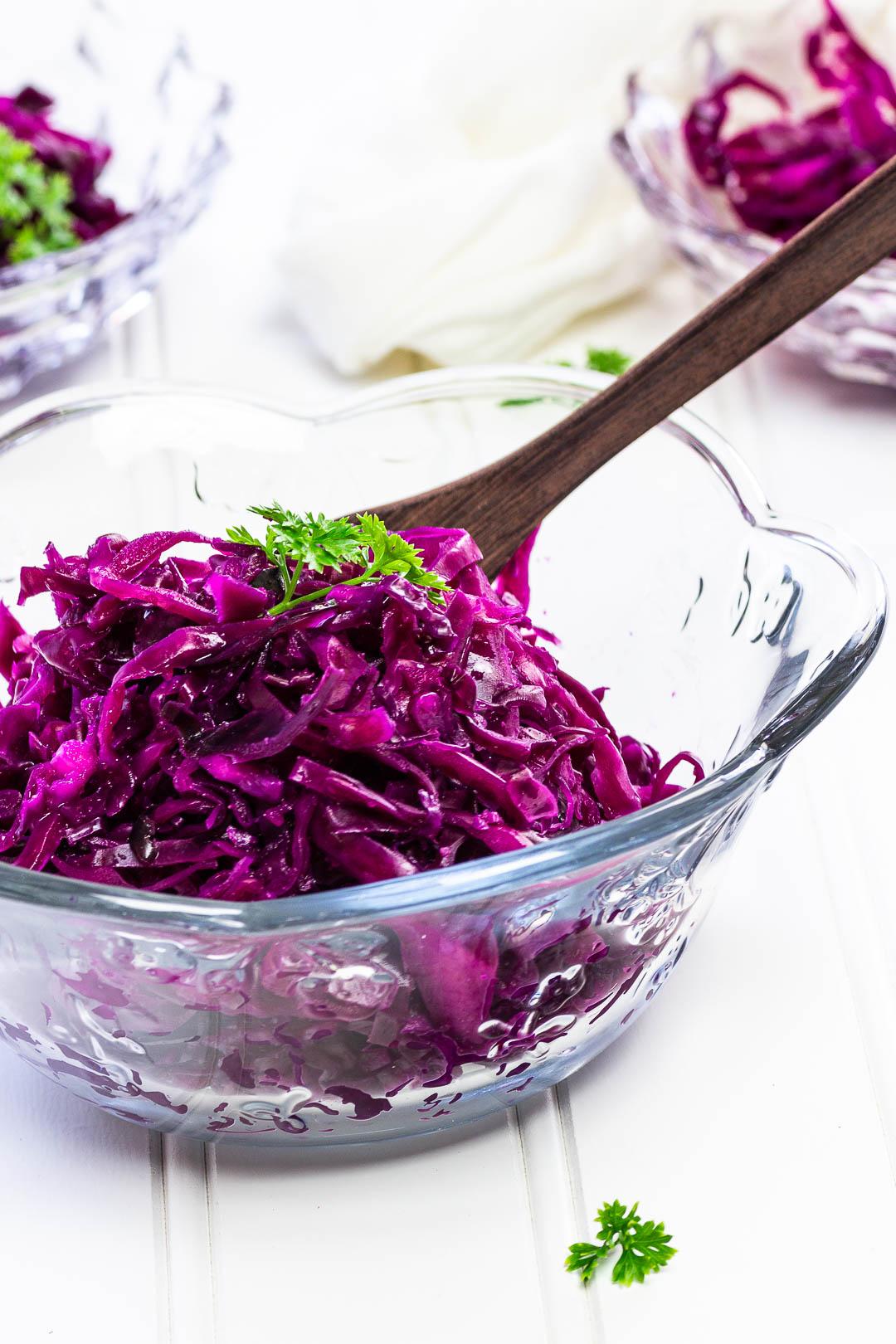 veganer Rotkrautsalat zubereitet aus Rotkohl und ölfreiem Dressing