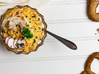 Veganer Obatzda, ein bayrischer Käsedip mit veganem Camembert und Kokoscreme in einer Schüssel angerichtet
