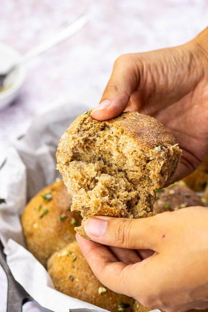 Selbstgemachte vegane Dinner Buns (Amerikanische Brötchen) mit Knoblauch, Kräuter zubereitet aus Dinkelvollkornmehl. Perfekt für dein nächstes Abendessen.