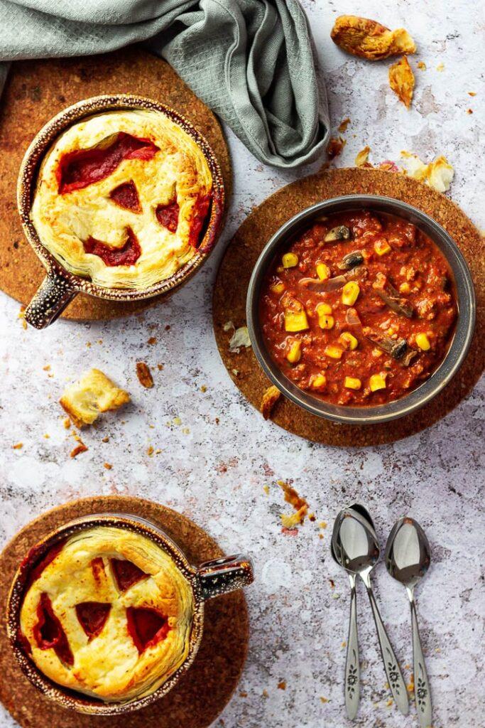 Vegane Pizzasuppe für deine nächste Party (Halloween) als Vorspeise oder Hauptgang