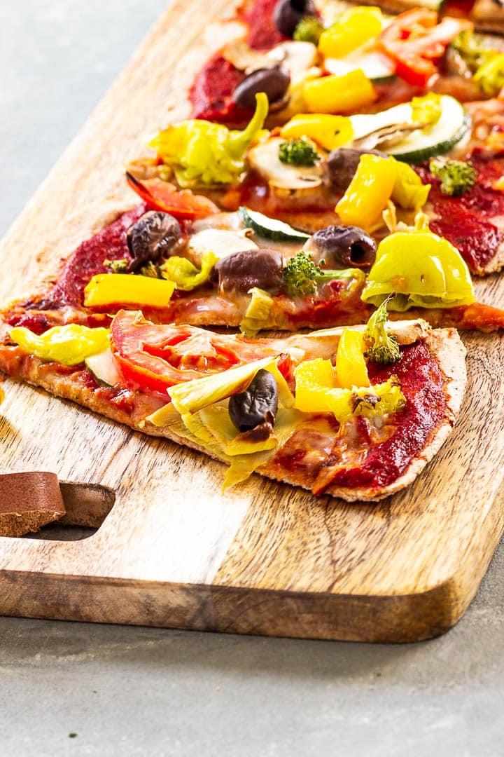 Ein auf Backstein gebackene vegane Pizza mit vollwertigem Vollkornteig und einer ölfreien und zuckerfreien Pizzasoße