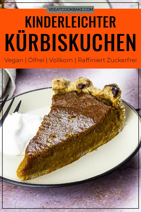 Veganer Kürbiskuchen auf einem Teller mit Kokossahne für dein nächsten Nachtisch, Pin für Pinterest