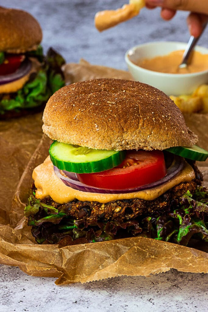 Veganer black Bean Burger mit Gemüse und einer leckeren Burger Sauce