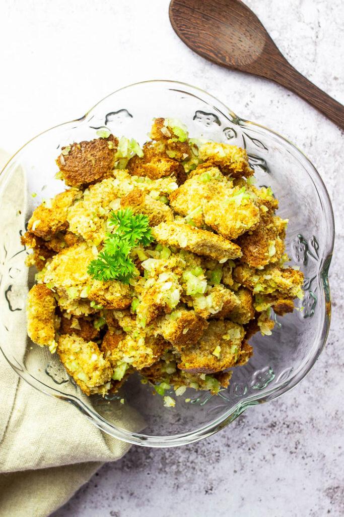 Einfaches klassisches Stuffing / Füllung in vegan. Mit Selleriestangen, Zwiebeln, und Vollkornbrot und Gemüsebrühe