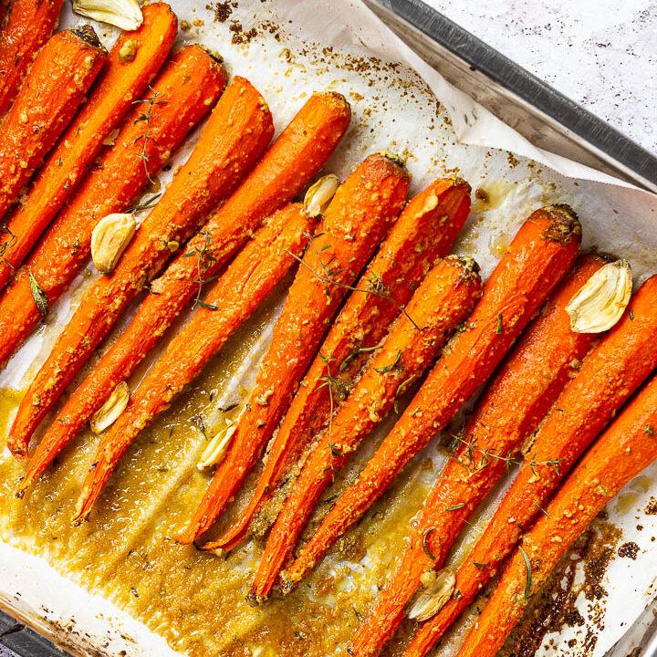 Vegane Ahorn glasierte Karotten ohne Öl in einer Pfanne