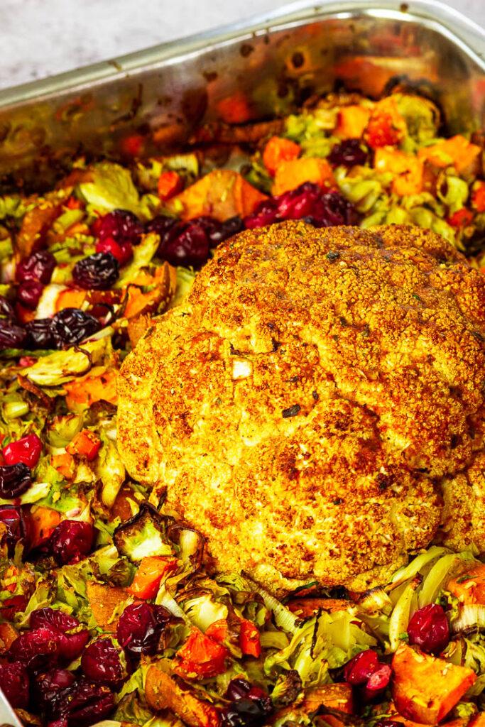 Vegan gerösteter ganzer Blumenkohl für dein Weihnachtsessen. Knusprig geröstet mit einer Truthahn Marinade