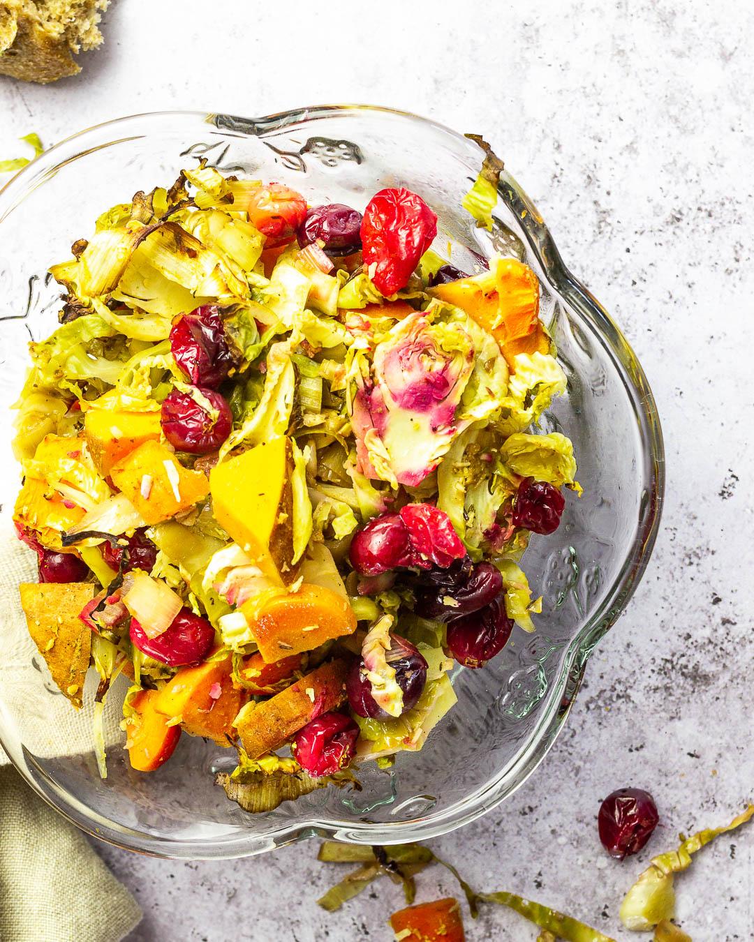 Vegane und Ölfreie Gemüse-Füllung für dein nächstes Feiertagsmenü an Weihnachten oder anderen Festlichkeiten. Perfekt als Beilage.
