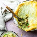 Veganer Chicken Pot Pie (Hühnerpastete) bedeckt mit Blätterteig oder Vollkornmürbeteig