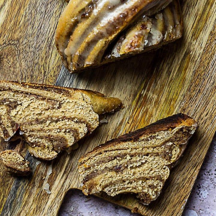 Veganer Nusszopf ist ein geflochtener Hefeteig aus Vollkornmehl gefüllt mit einer zuckerfreien Haselnuss-Füllung (vollwertig)
