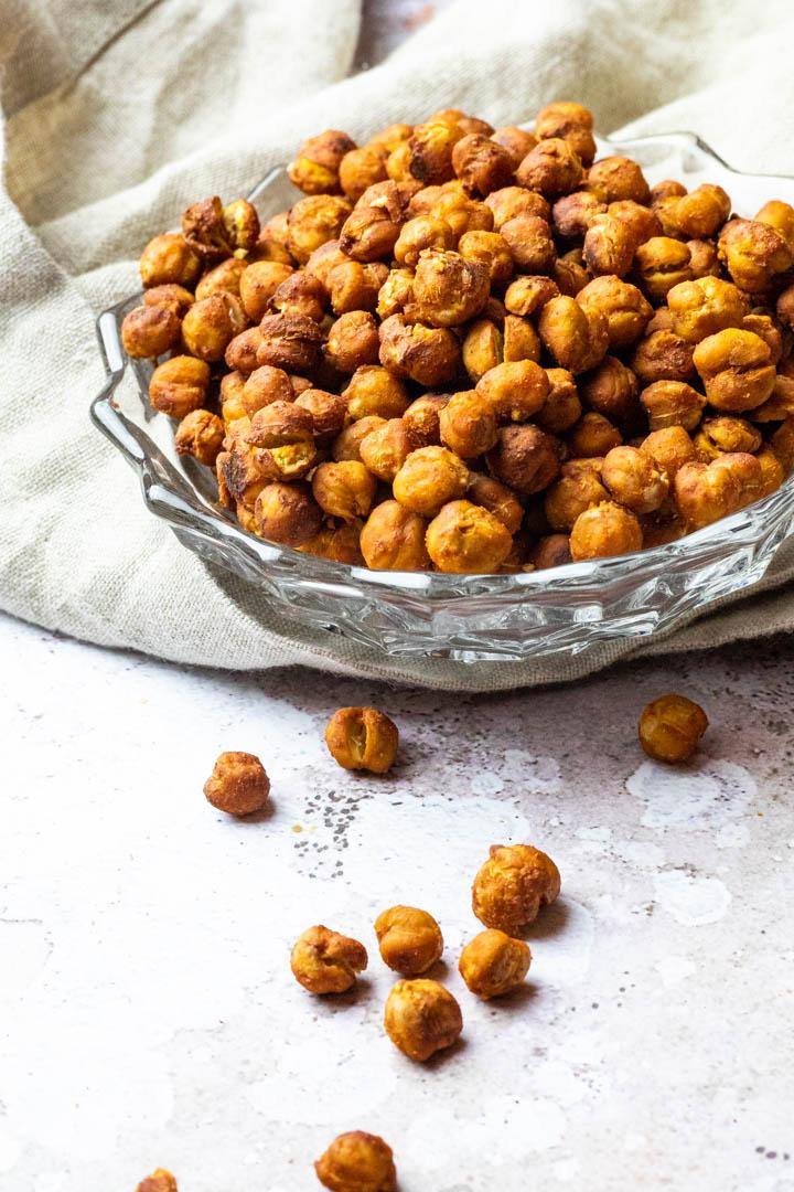 Ofen gebackene knusprige Kichererbsen in einer Schüssel ohne Öl. Ein toller Snack für Zwischendurch