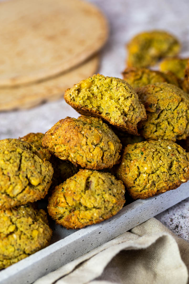Vegan ofen baked falafel recipe. Easy to make chickpea meatballs with a soft inside and a crispy crunchy outside.