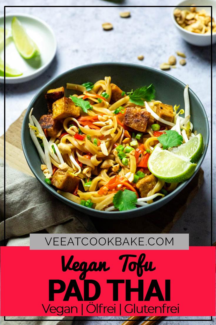 Veganes Tofu Pad Thai zubereitet ohne Öl. Zubereitet mit Sprossen, Karotten, gebackenem Tofu (vegetarisch)