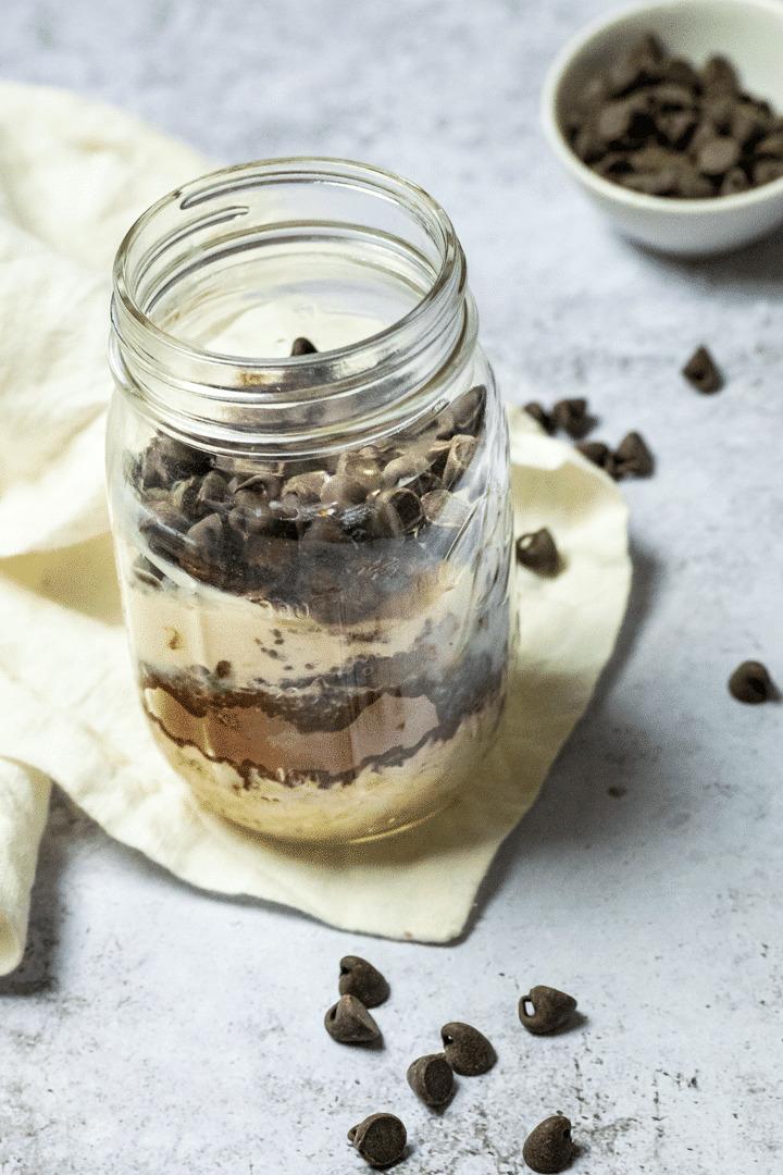 Brownie Overnight Oats in einem Glas