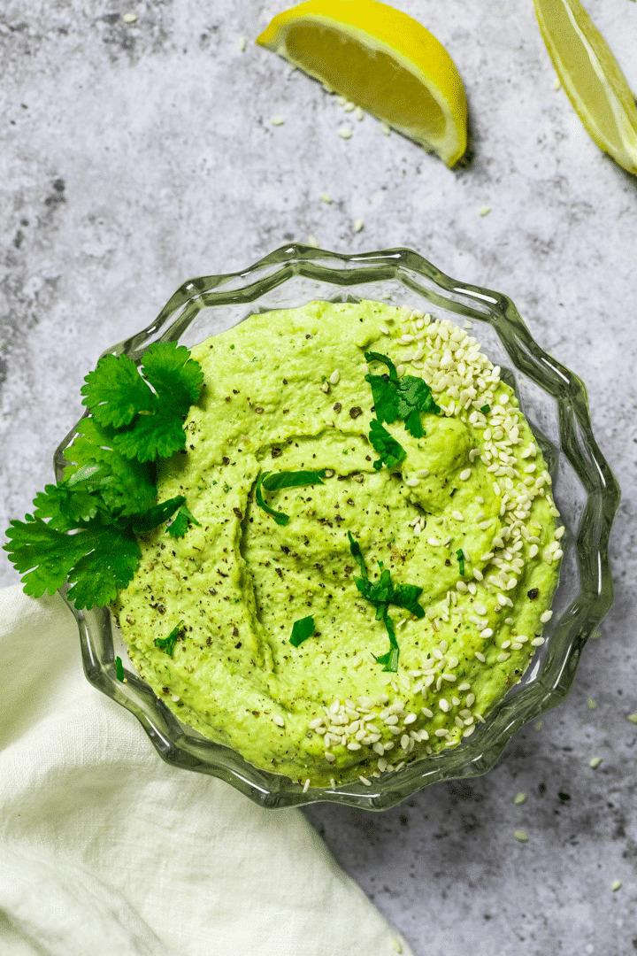 Flatlay Fotografie von einer Schüssel mit Edamame Hummus