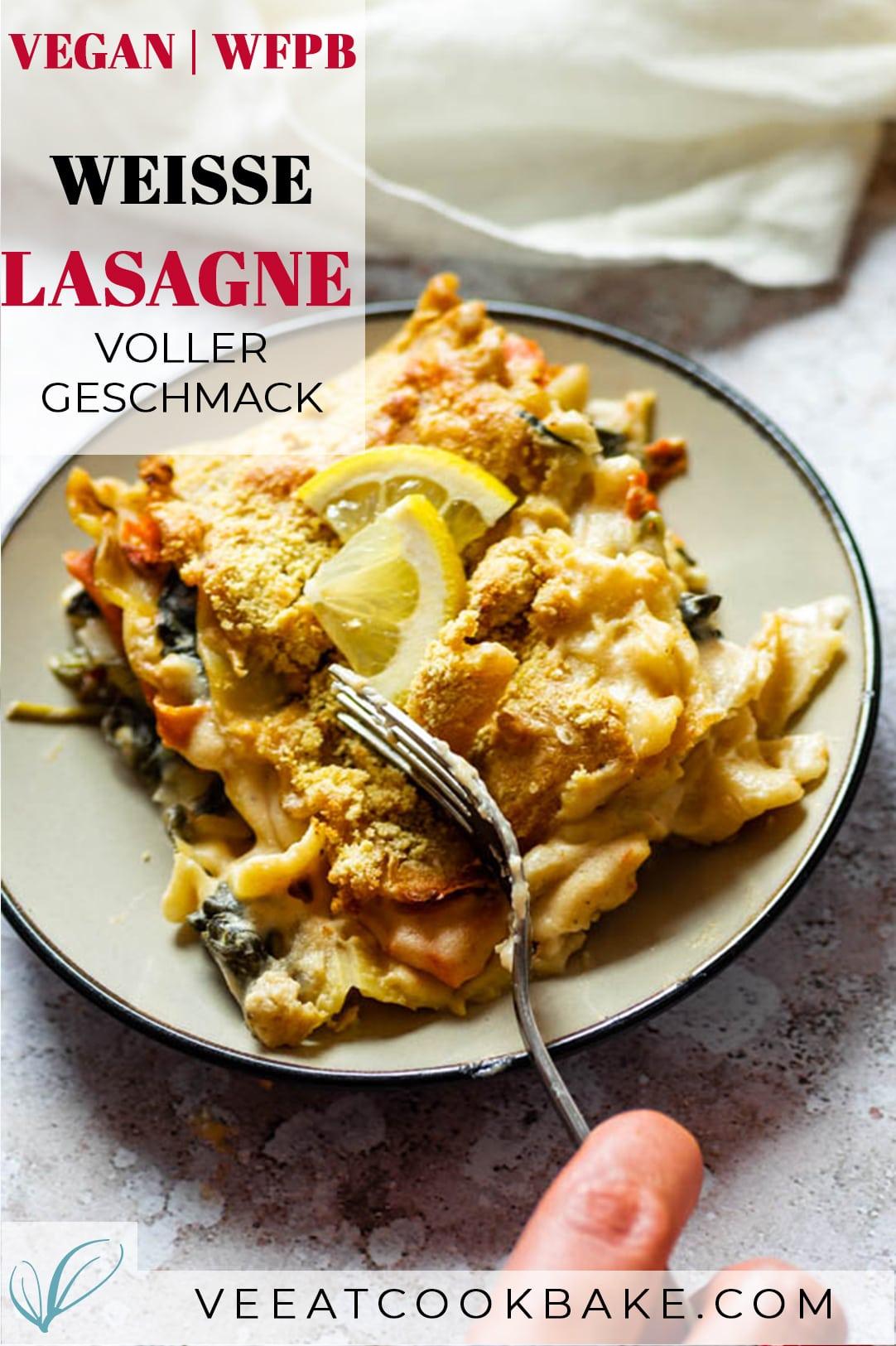 Weiße Lasagne auf einem Teller mit Text