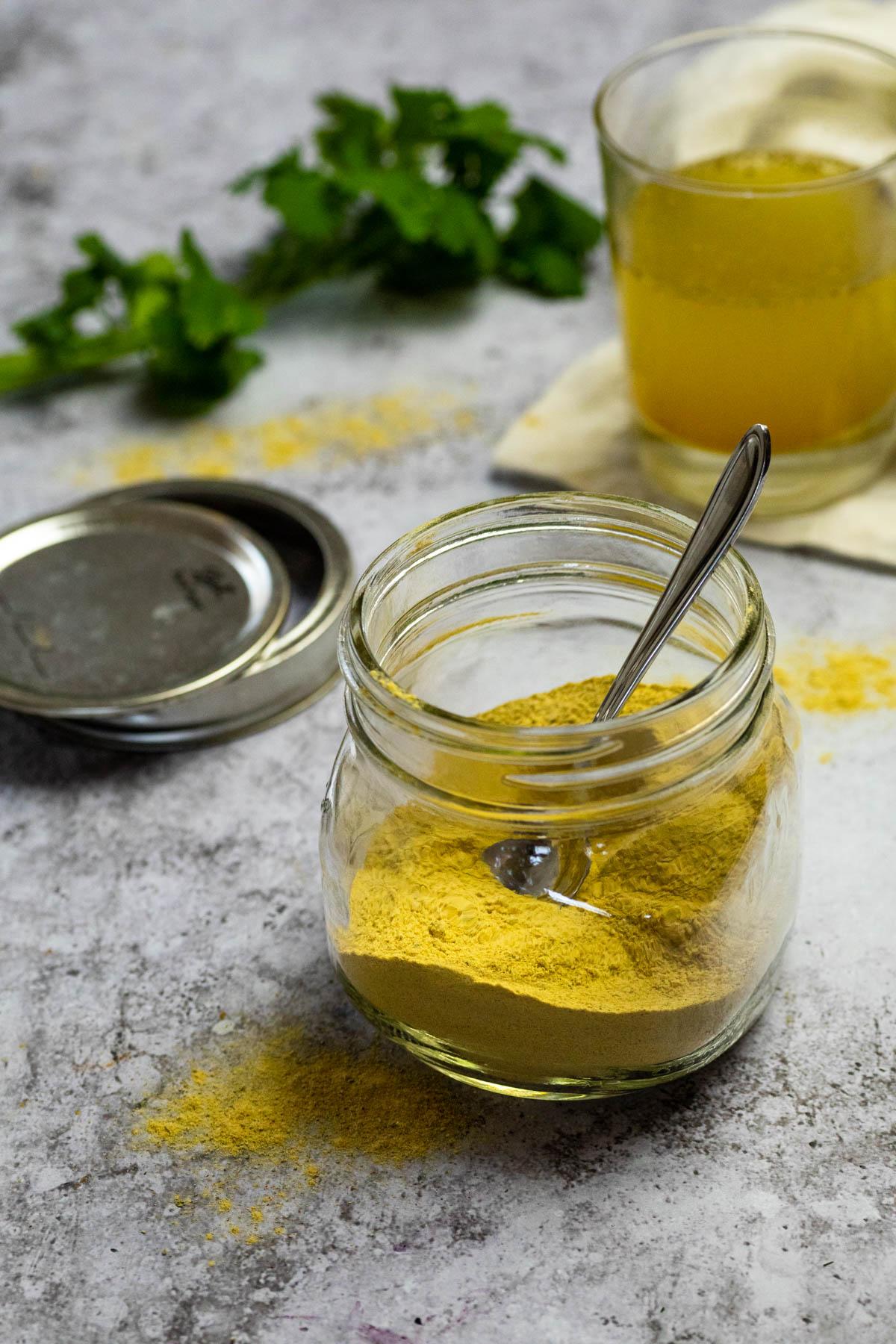 Veganes Hühnchen-Bouillion-Pulver im Glas