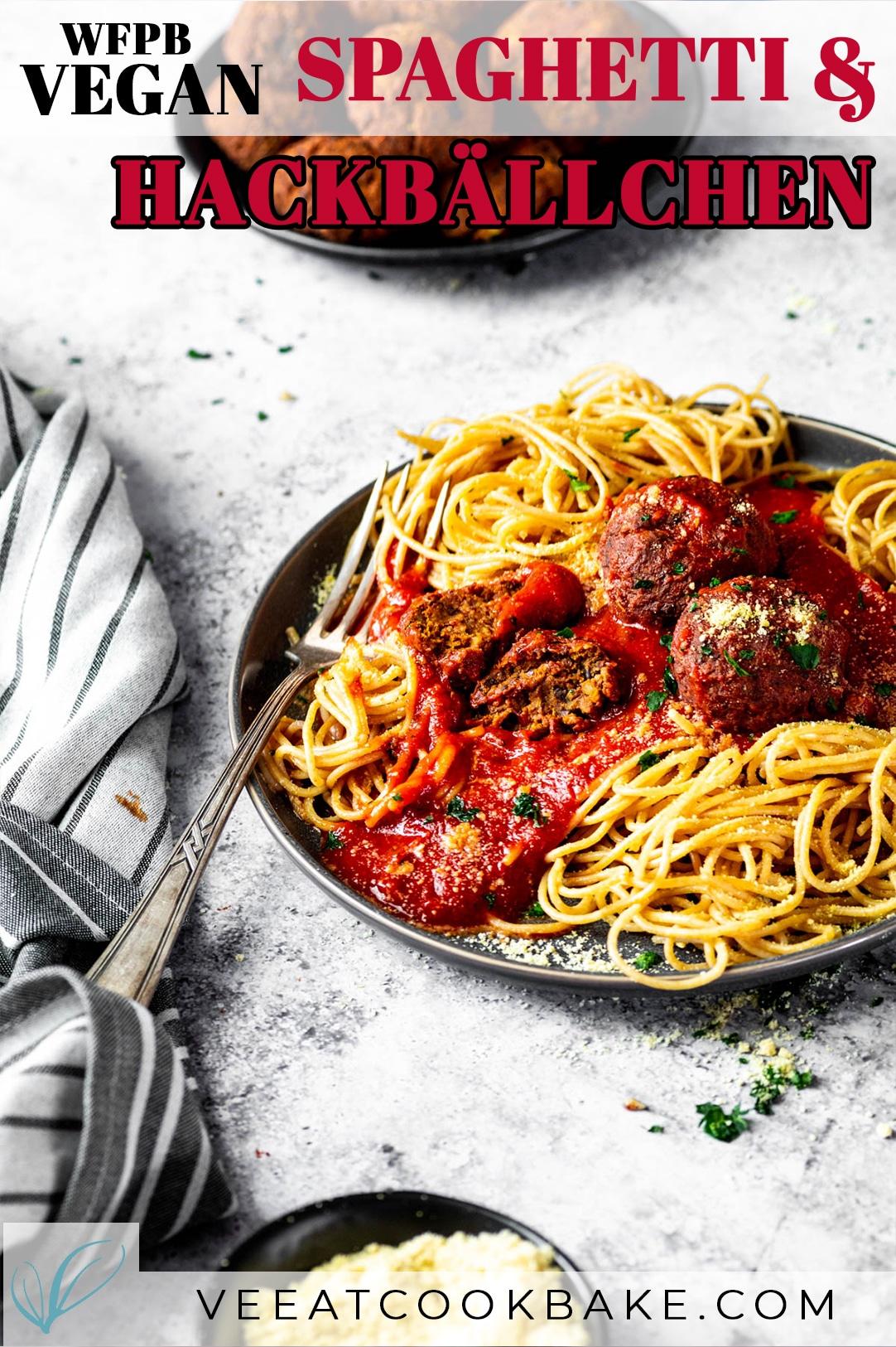 Vegane Fleischbällchen und Spaghetti werden auf einem Teller mit Textüberlagerung