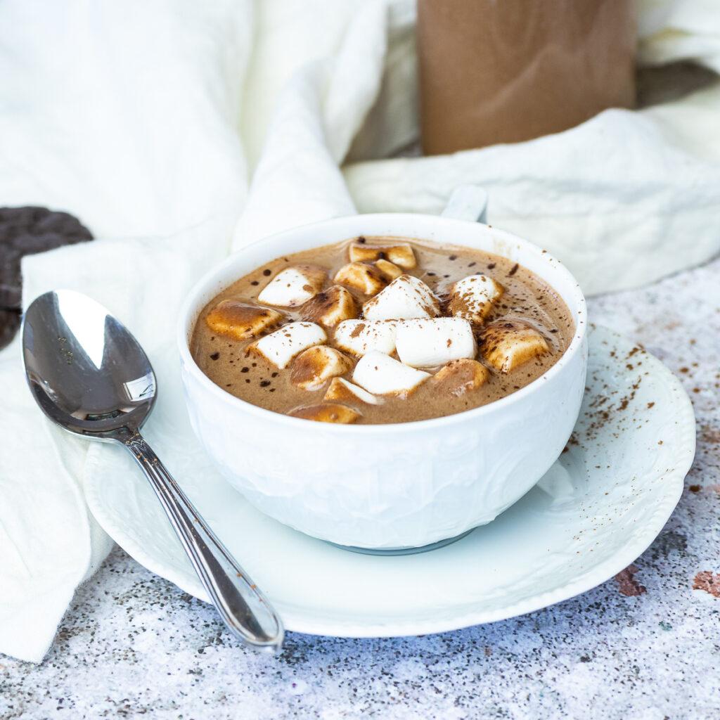 Eine Tasse heiße Schokolade mit veganen Marshmallows