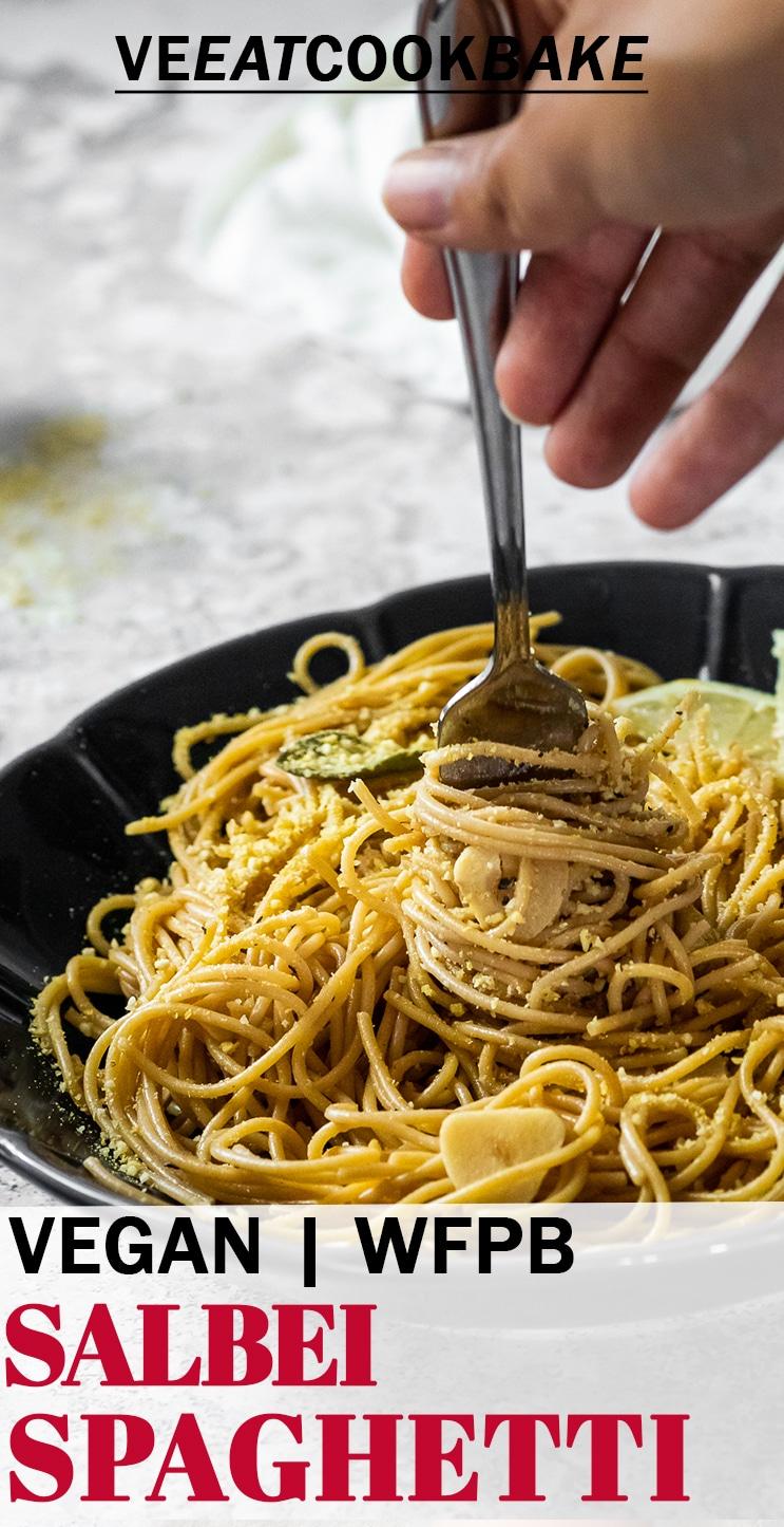 Halten einer Gabel mit Spaghetti in Salbeisauce mit Text