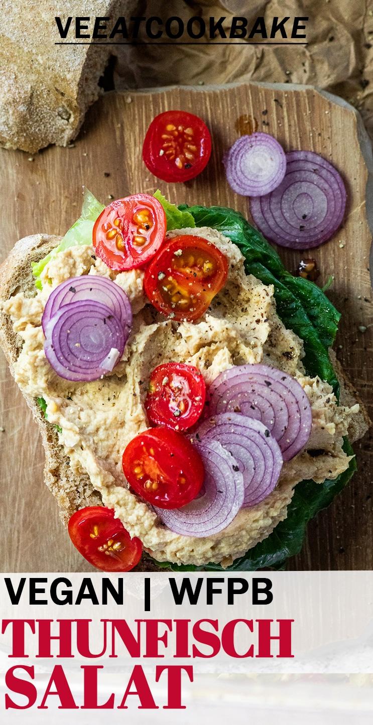Veganer Thunfischsalat-Toast auf einem Brett mit Text