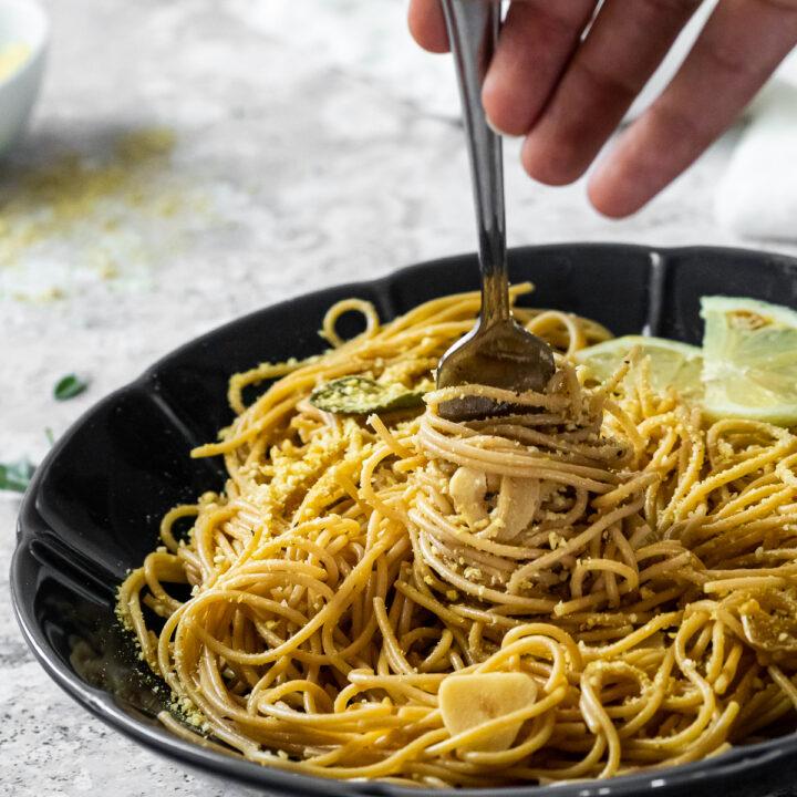 eine Gabel in den Salbei-Spaghetti wird gehalten