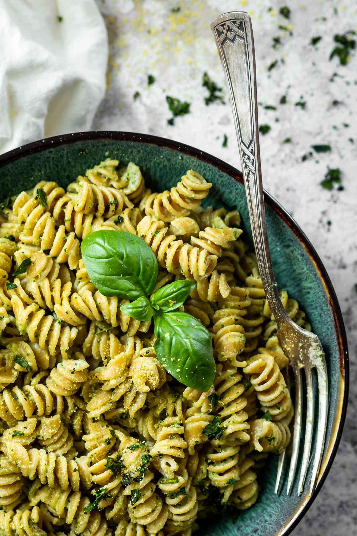 Vegane Pesto-Sahne-Sauce in einer Schüssel mit Nudeln.