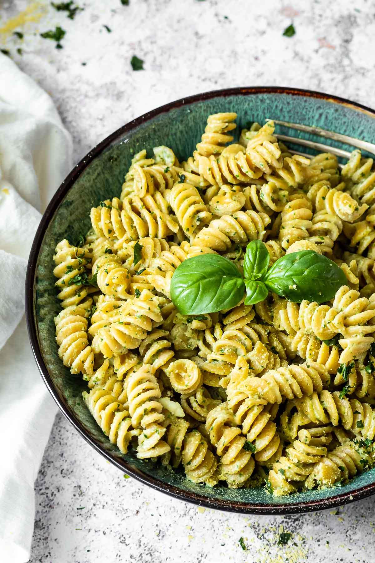 Pesto-Sahne-Sauce mit Nudeln in einer Schüssel serviert.