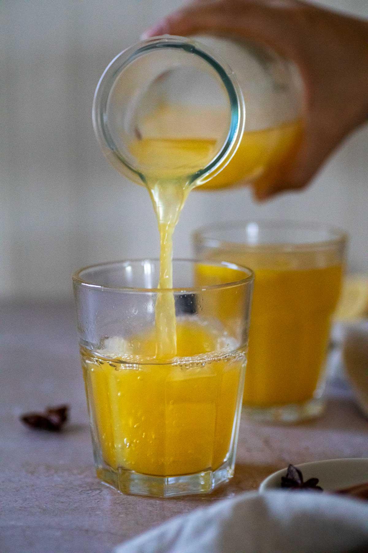 Gießen Sie etwas warme Winterlimonade in eine Tasse.