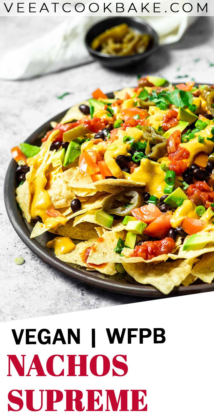 Vegan Nachos Supreme werden auf einer Platte serviert mit Text.