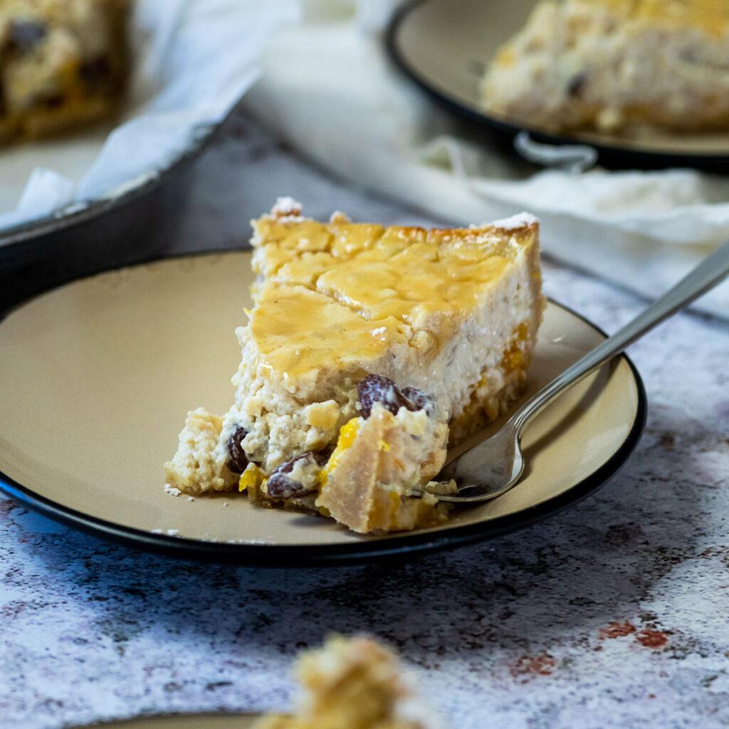 Vogelansicht auf einem Milchreis in einer Kuchenform und 3 Stück Kuchen auf drei Tellern mit drei Gabeln.
