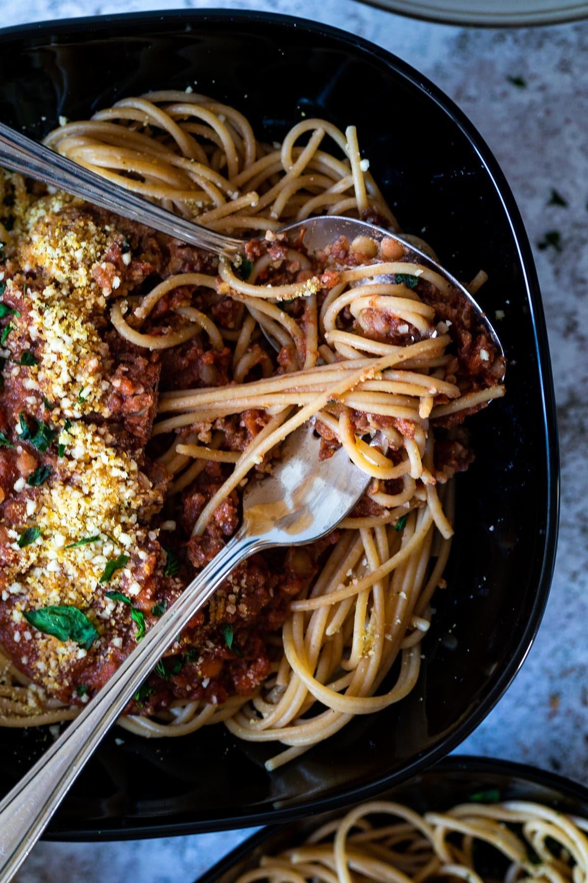 Schließen Sie oben von einer Schüssel mit veganem Spaghetti Bolognese