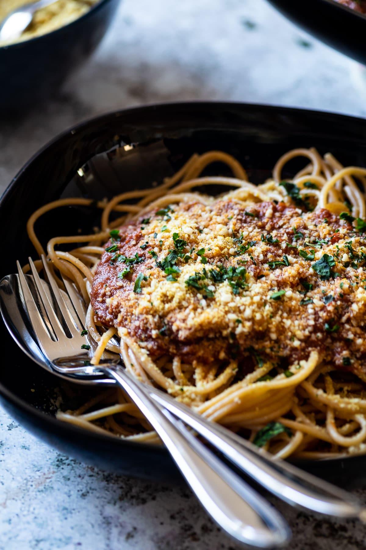 Spaghetti mit veganer Bolognese-Sauce und veganem Parmesan