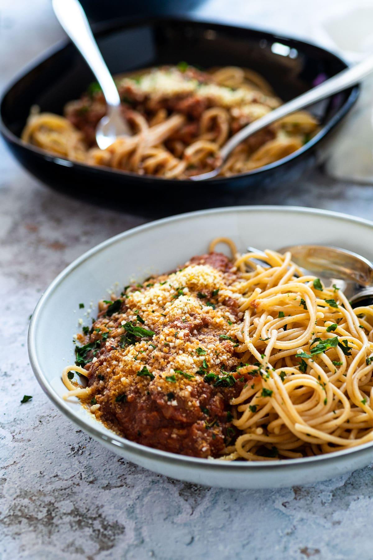 Spaghetti-Schüssel mit Bolognese-Sauce
