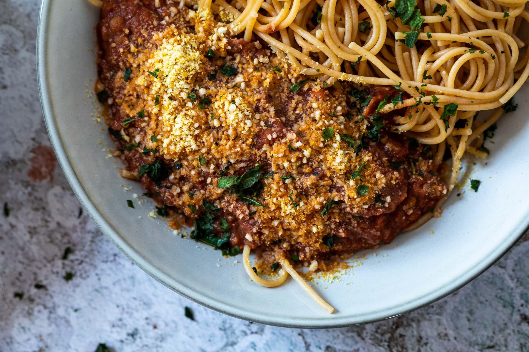 Nahaufnahme einer halben Schüssel mit Spaghetti und Bolognese-Sauce